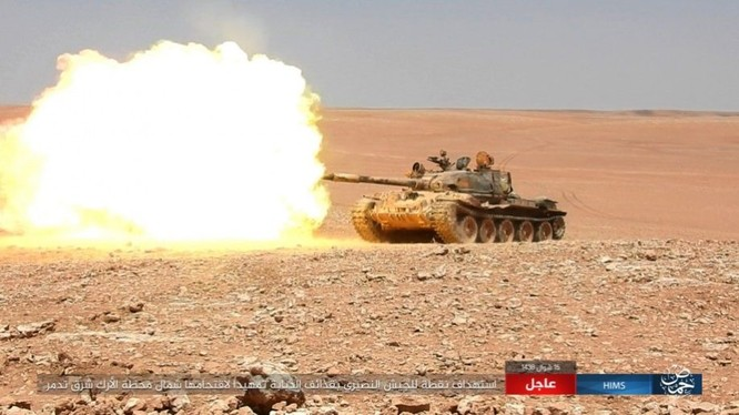Xe tăng IS tấn công mục tiêu quân đội Syria