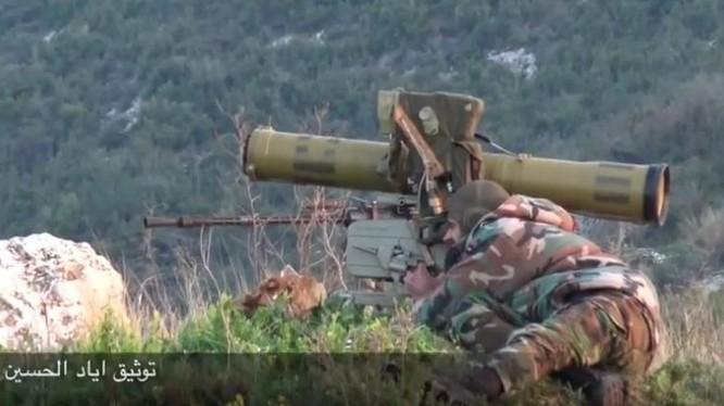 Binh sĩ quân đội Syria sử dụng tên lửa chống tăng tập kích phiến quân