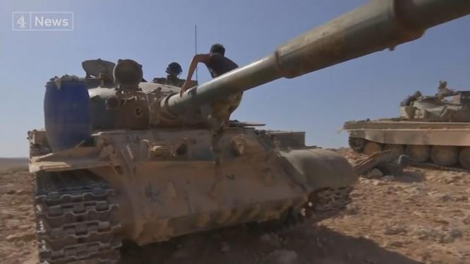 Xe tăng quân đội Syria trên chiến trường Palmyra, trước cuộc tấn công vào mỏ khí gas al-Hayl