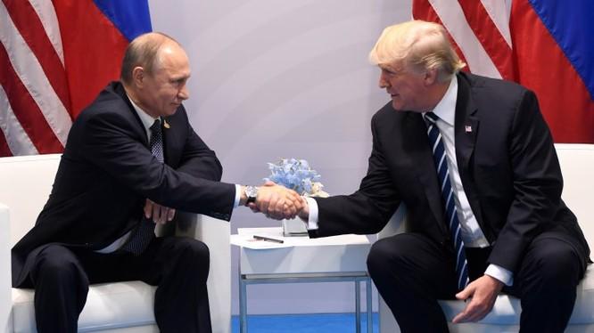 Tổng thống Mỹ Donald Trump và tổng thống Nga Vladimir Putin trong cuộc gặp bên lề Hội nghị thượng đỉnh G-20