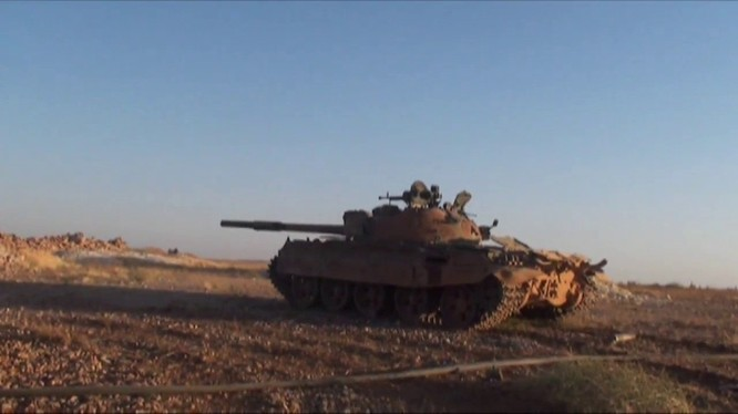 Xe tăng quân đội Syria tiến công trên hướng đông tỉnh Hama