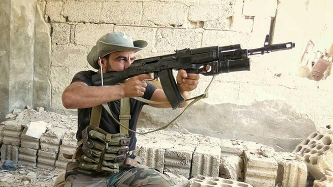 Binh sĩ Syria sử dụng súng phóng lựu kẹp nòng GP-25 trong cuộc chiến giành giật thị trấn Ayn Tarma