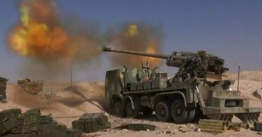 Quân đội Syria sử dụng pháo tự hành bánh hơi 4 cầu M-46 130 mm trên vùng sa mạc tỉnh Homs