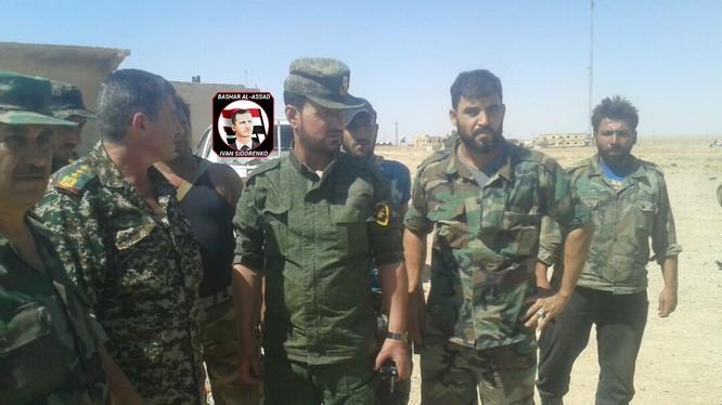 Tướng Suheil al-Hassan cùng các sĩ quan dưới quyền trên chiến trường tỉnh Raqqa