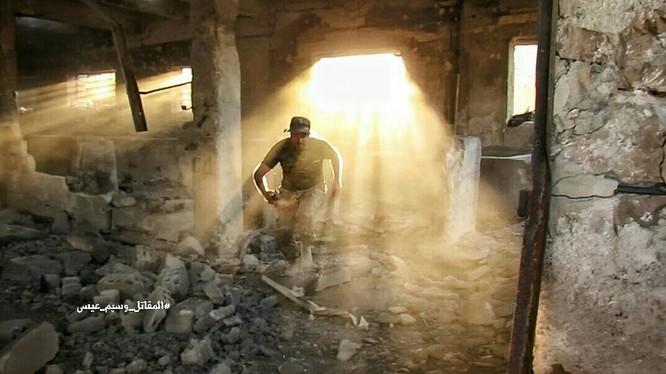 Binh sĩ quân đội Syria chiến đấu trong khu vực Ayn Tarma, Đông Ghouta