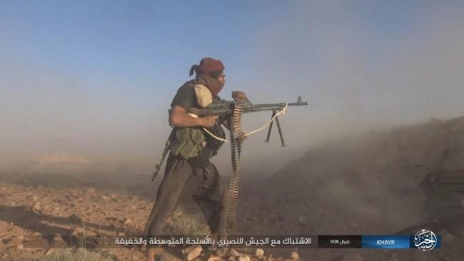 Một tay súng IS đang tham gia cuộc tấn công vào vị trí của quân đội Syria ở Resafa