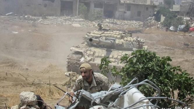Binh sĩ quân đội Syria tấn công vào thị trấn Ayn Tarma, ngoại ô Damascus