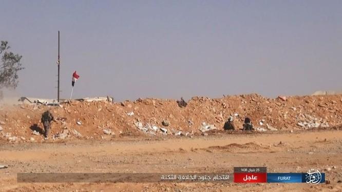 Chiến tuyến khá vững chắc của quân đội Syria nhanh chóng bị IS đánh chiếm