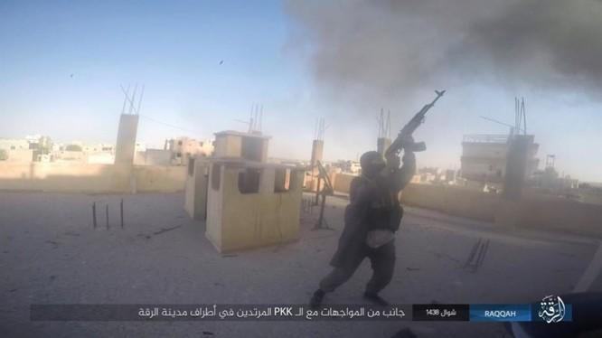 Một tay súng khủng bố IS cố gắng bắn hạ máy bay trực thăng chiến đấu của Mỹ trên bầu trời Raqqa