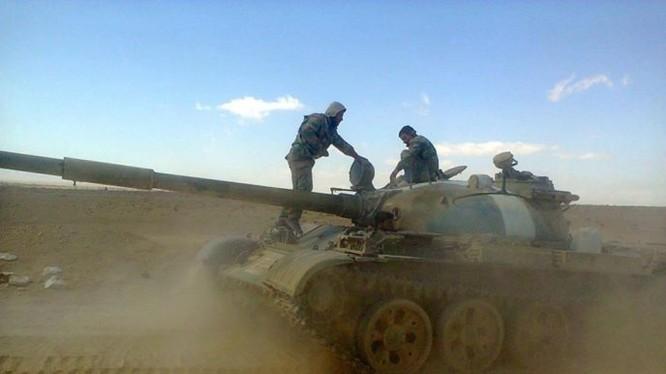 Tăng thiết giáp lực lượng Tiger tiến công về hướng thành phố Raqqa