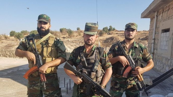 Tư lệnh trưởng lực lượng Tiger, tướng Suheil al-Hassan cùng sĩ quan chỉ huy dưới quyền