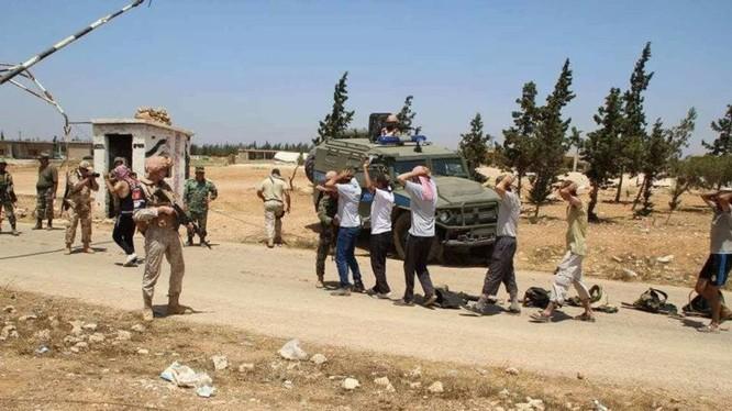 Một số chiến binh thánh chiến nộp vũ khí đầu hàng ở tỉnh Hama