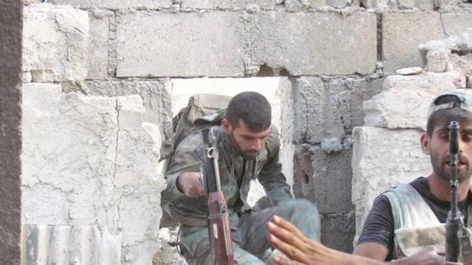 Binh sĩ quân đội Syria trên chiến trường thị trấn Ayn Tarma - Ảnh Masdar News
