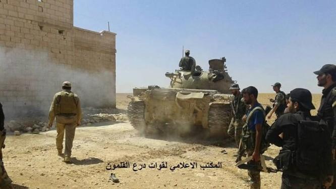 Quân đội Syria tiến công trên vùng sa mạc tỉnh Hama - ảnh Masdar News