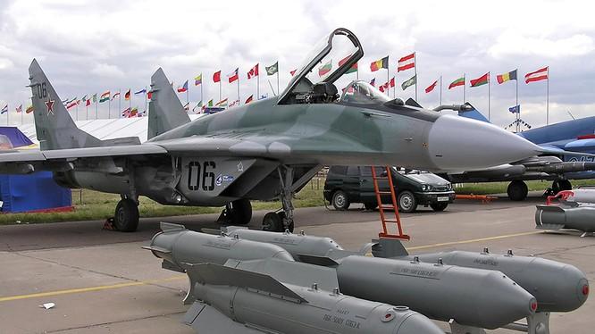 Máy bay chiến đấu Nga và bom casset PBK-500U SPBE - ảnh Lenta