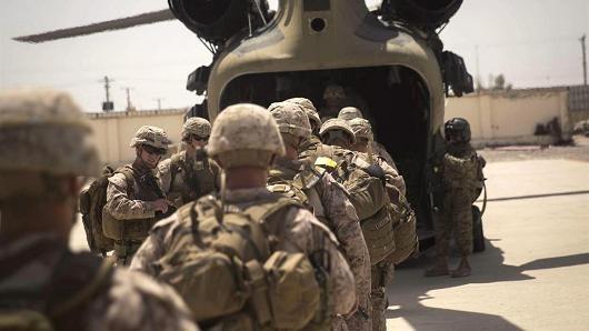 Lính thủy đánh bộ Mỹ - cố vấn quân sự lên trực thăng Chinook CH-47 sau sứ mênh tập huấn, cố vấn và yểm trợ tại Trung tâm Cảnh sát tỉnh Helmand ở Lashkar Gah, Afghanistan, ngày 09.07.2017.