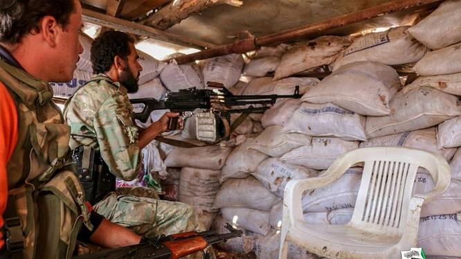 Nhóm chiến binh khủng bố Hay'at Tahrir Al-Sham trên chiến trường Tây Aleppo, tấn công vào chiến tuyến quân đội Syria - ảnh Masdar News