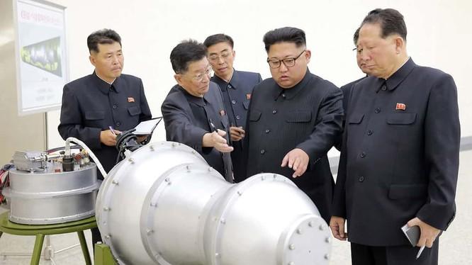 Chủ tịch Kim Jong-un tới thăm và kiểm tra hoạt động của Viện vũ khí hạt nhân, xem xét một đầu đạn có thể được lắp vào tên lửa đạn đạo liên lục địa mới - ảnh BBC