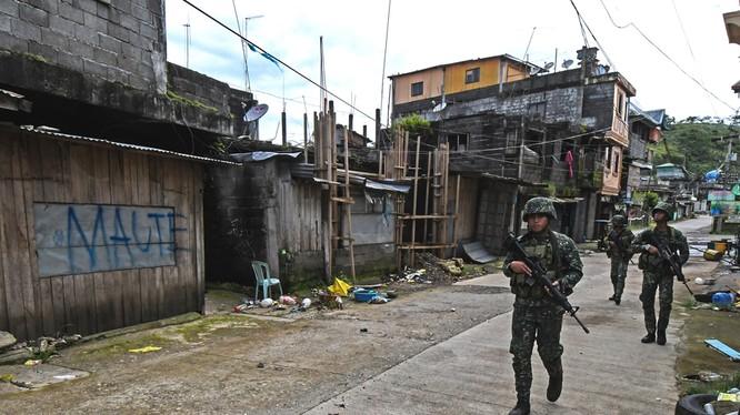 Lính thủy đánh bộ Philippines trên đường phố Marawi - ảnh ABS-CBN News