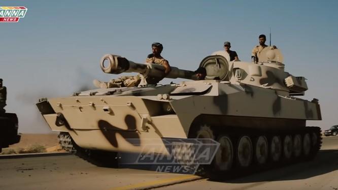 Pháo tự hành của quân đội Syria trên đường cao tốc Sukhnah - Deir Ezzor - ảnh ANNA News