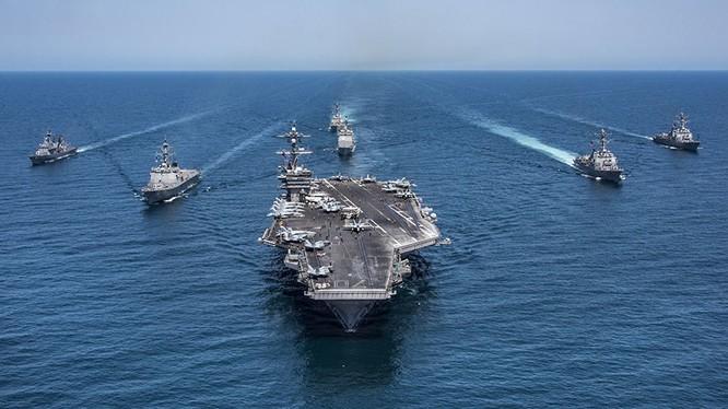Cụm các khu trục hạm hải quân Hàn Quốc, các tàu khu trục tên lửa Arleigh Burke, khu trục hạm USS Lake Champlain thuộc lớp tàu khu trục Ticonderoga và tàu sân bay USS Carl Vinson - ảnh Reuters