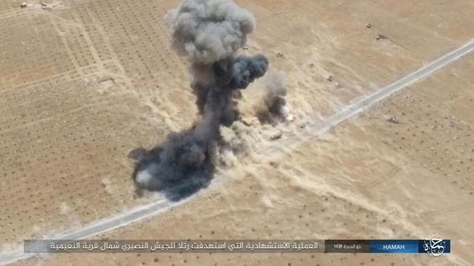 Xe bom nổ tung ngay cạnh các xe thiết giáp quân đội Syria - ảnh Masdar News