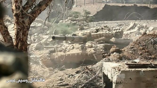 Xe tăng quân đội Syria tiến công trên hướng quận Jobar - AynTarma - ảnh Masdar News
