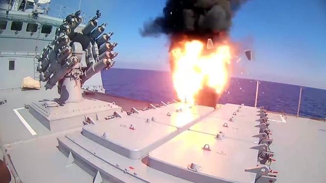 Tàu khu trục Nga phóng tên lửa Kalibr tấn công IS trong khu vực Deir Ezzor - ảnh minh họa Masdar News
