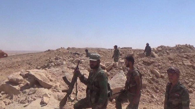 Quân đội Syria trên chiến tuyến làng sa mạc Kabawjib phía tây thành phố Deir Ezzor - ảnh Masdar News