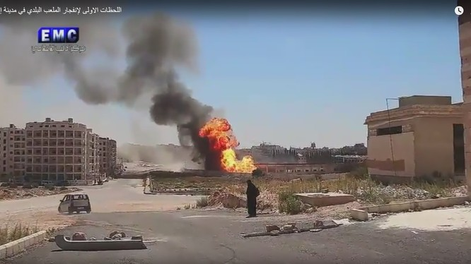 Vụ không kích của Liên minh quân sự do Mỹ dẫn đầu tiêu diệt một xe đạn của HTS - ảnh video
