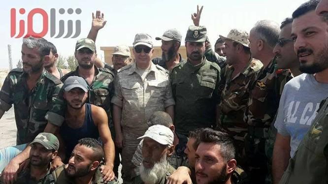 Tư lệnh trưởng Lực lượng Tiger, thiếu tướng Suheil Al-Hassan, hạ cánh xuống thành phố Deir Ezzor