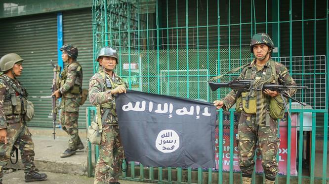 Binh sĩ Philippine với một lá cờ IS thu được trong cuộc tấn công vào 1 khu phố trung tâm Marawi - ảnh minh họa của Masdar News