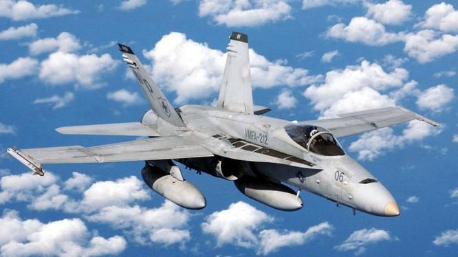 Một chiếc F/A18 Hornet bay trên biển Đông, xuất phát từ Pank Lebar, Singapore bay đến căn cứ không quân của Lính thủy đánh bộ Mỹ ở Iwakuni, Nhật Bản - ảnh Popularmechanics