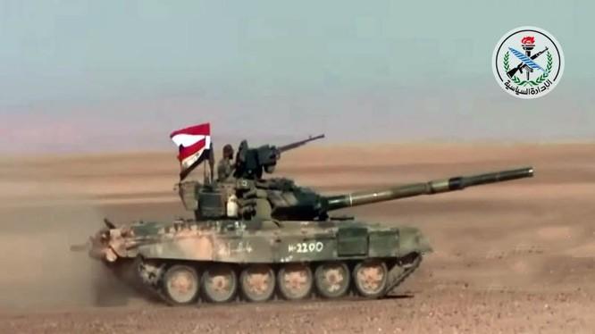 Xe tăng quân đội Syria tiến công trên vùng bán sa mạc tỉnh Hama - ảnh South Front