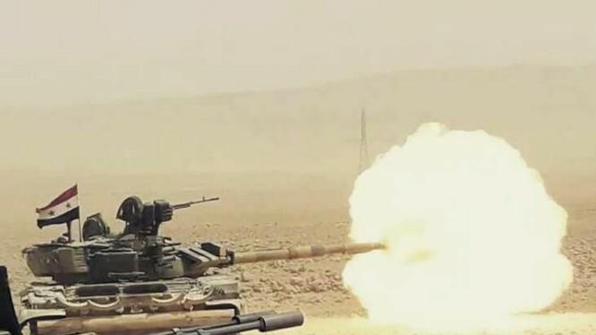 Xe tăng quân đội Syria tiến công trên chiến trường Deir Ezzor