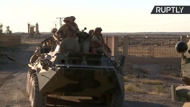 Xe thiết giáp BTR - 80 và binh sĩ đặc nhiệm Nga trên chiến trường Deir Ezzor