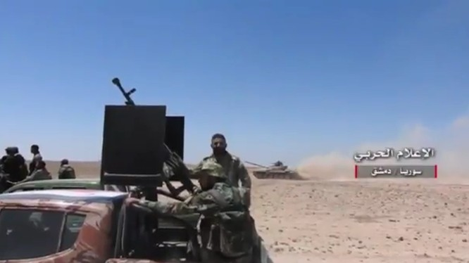 Các đơn vị quân đoàn tình nguyện số 5 tiến công trên sa mạc Syria - ảnh video