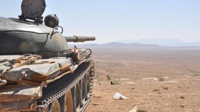Xe tăng quân đội Syria tiến công trên chiến trường Hama - ảnh minh họa của Masdar News