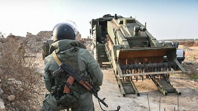 Công binh quân đội Nga và robot rà phá bom mìn Uran-6 - ảnh minh họa Masdar News