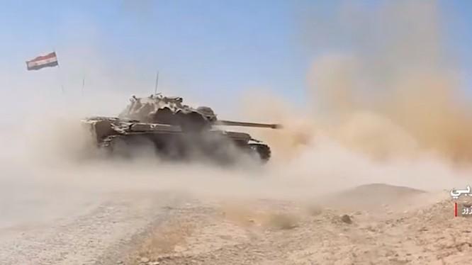 Xe tăng quân đội Syria tiến công trên dãy núi Thardeh, thành phố Deir Ezzor - ảnh minh họa từ video