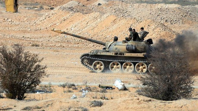 Xe tăng quân đội Syria chiến đấu trên vùng bán sa mạc phía đông tỉnh Homs, Hama - ảnh minh họa Masdar News