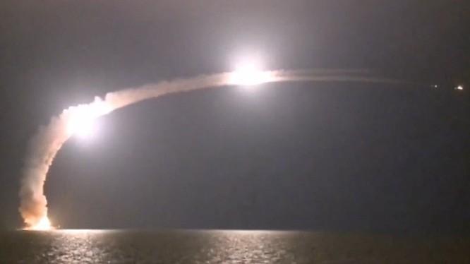 Tàu ngầm Nga phóng tên lửa hành trình tiêu diệt IS ở Syria - ảnh Bộ quốc phòng Nga
