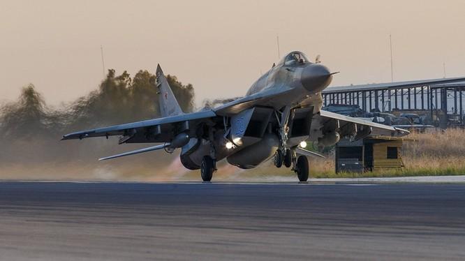 Máy bay tiêm kích đa nhiệm MiG-29SMT trên căn cứ không quân Hmeymim - ảnh Bộ quốc phòng Nga