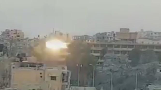 Lực lượng dân quân người Kurd trong đội hình SDF tập kích dữ dội hỏa lực vào chiến tuyến của IS trong bệnh viện Raqqa - ảnh video