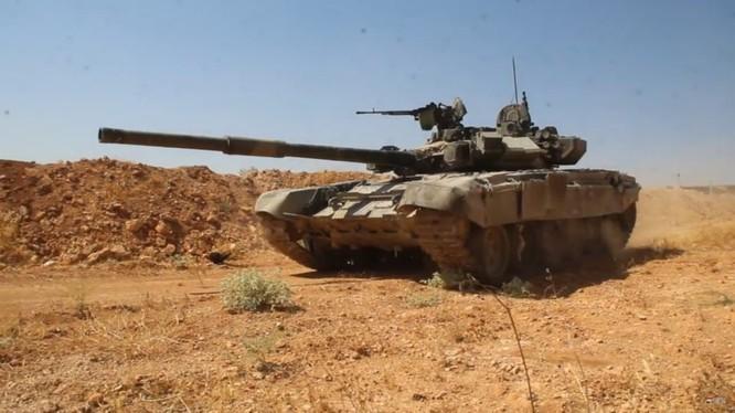 Xe tăng T-90 cơ động chiến đấu trên chiến trường phía Tây Aleppo, ảnh minh họa từ video