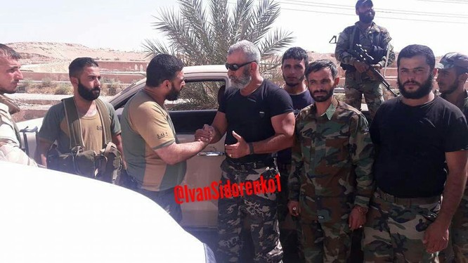 Lực lượng Liwa al Baqir – lữ đoàn đặc nhiệm Quân tình nguyện Palestine Baqir gặp tướng Issam Zahreddine, tư lệnh lữ đoàn 104 Vệ binh Cộng hòa trong cuộc tấn công ngoại ô Deir Ezzor - ảnh phóng viên Ivan Sidorenko