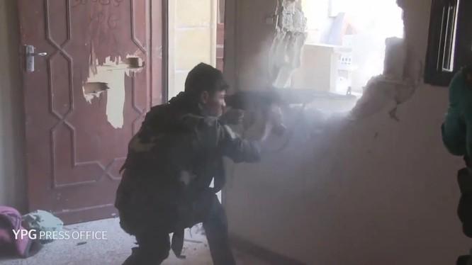 Một chiến binh người Kurd chiến đấu trên chiến trường thành phố Raqqa - ảnh YPG Press