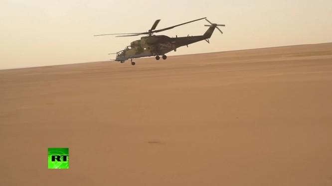Trực thăng tấn công Nga hoạt động trên vùng sa mạc tỉnh Deir Ezzor - ảnh minh họa từ video RT