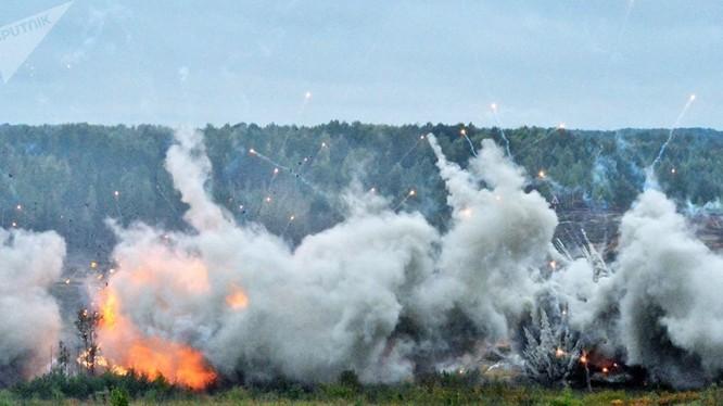 Hỏa lực pháo binh chiến trường của quân đội Nga trong diễn tập - ảnh Sputnik