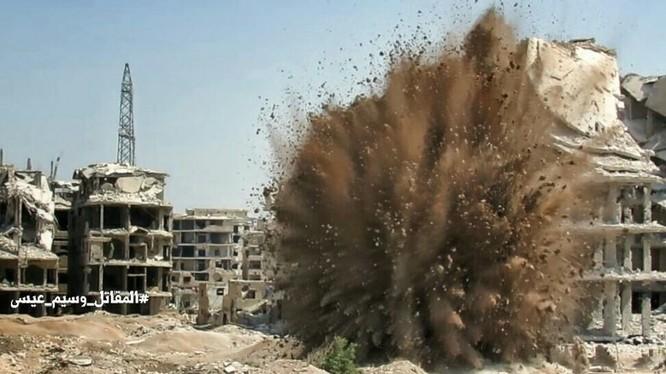 Cận cảnh vụ đánh bom đường hầm ở ngoại ô Damascus - ảnh Masdar News